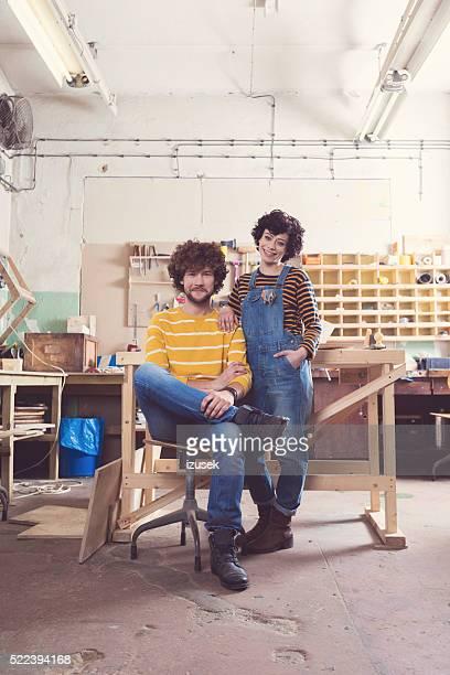 Glückliches Paar in einem Bau-workshop