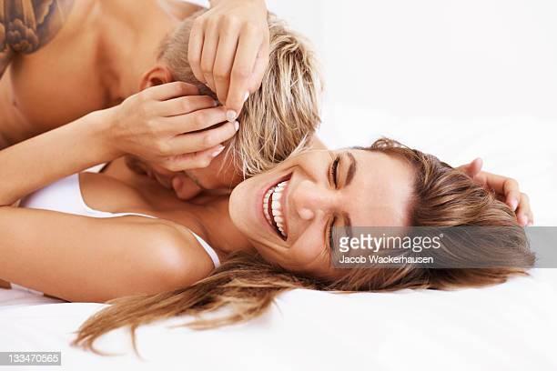Coppia felice a letto