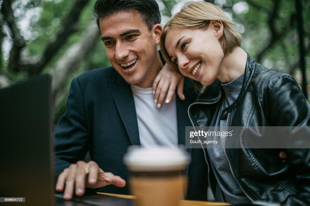 Glückliches Paar im Internet-café : Stock-Foto