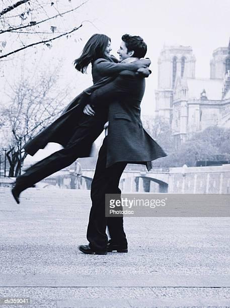 happy couple in paris - amour noir et blanc photos et images de collection