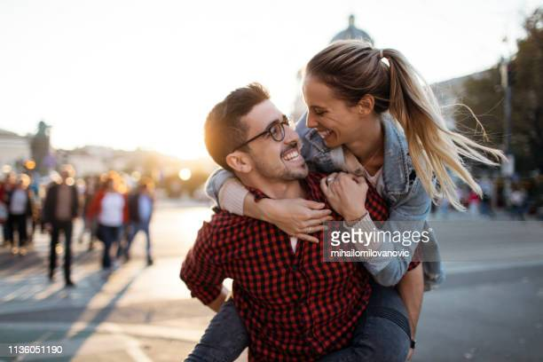 glückliches paar in der stadt - couple stock-fotos und bilder