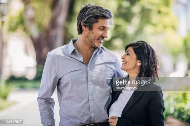 couples heureux dans la ville - quadragénaire photos et images de collection