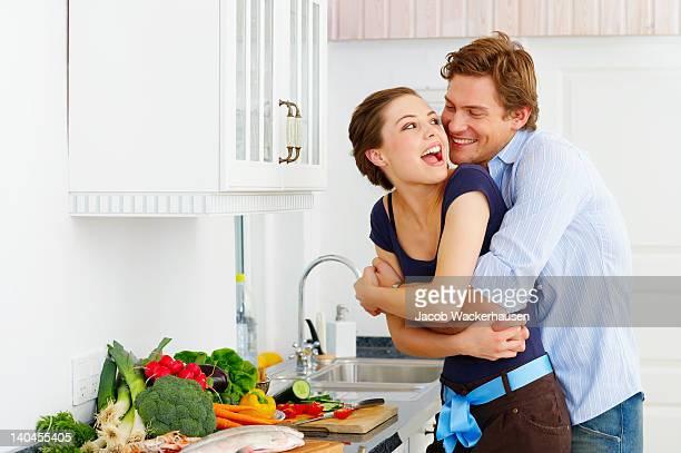 Casal feliz na sua cozinha