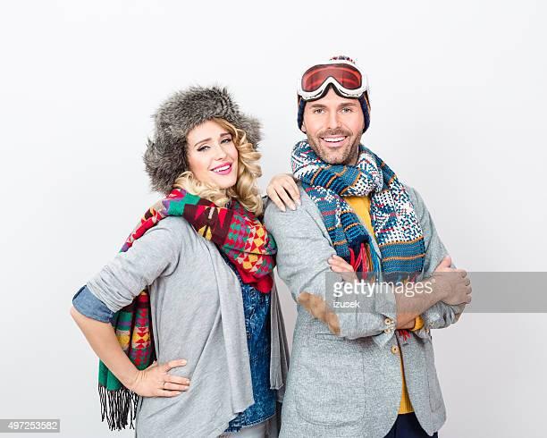 Glückliches Paar im winter outfit vor weißem Hintergrund