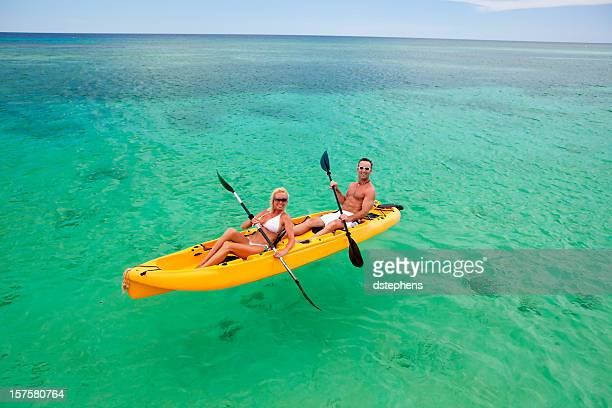 Feliz pareja de paseo en kayak de mar Caribe