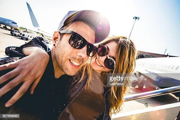 幸せなカップルのバケーションに出て、飛行機の搭乗券