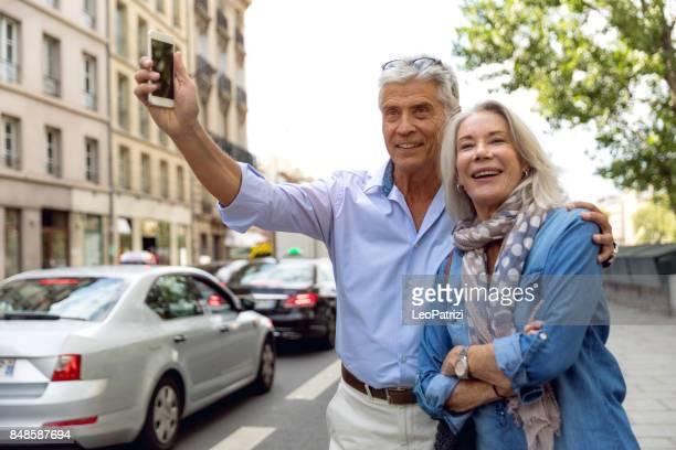 Heureux couple à la recherche d'un taxi à Paris