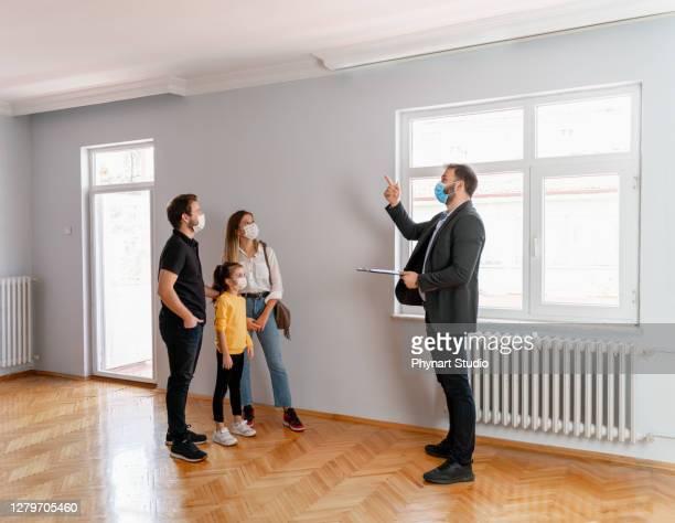 ハッピーカップル新しい家を探して - 不動産業者 ストックフォトと画像