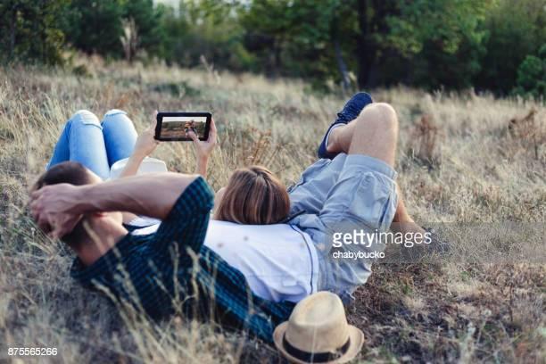 Glückliches Paar suchen ihre Bilder auf tablet