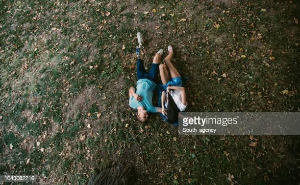glückliches paar liegen auf dem rasen  - beinamputierte frauen stock-fotos und bilder