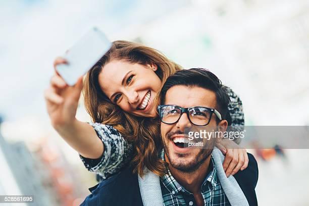 幸せなカップルを自分撮り屋外
