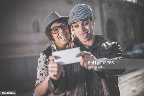 Glückliches Paar, die Selfies im Freien