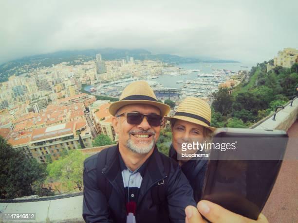 自分撮りを作る幸せなカップル - モンテカルロ ストックフォトと画像