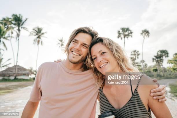glückliches paar der 35 jahre alten profis mit urlaub in karibik - 30 34 years stock-fotos und bilder