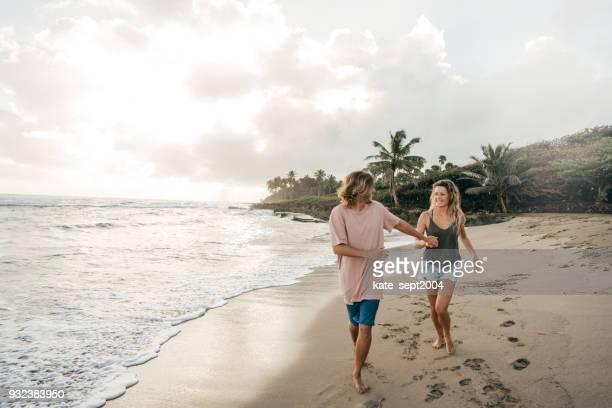 feliz pareja de profesionales de 35 años de edad con vacaciones en el caribe - caribe fotografías e imágenes de stock