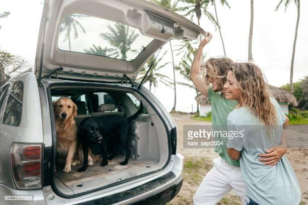 heureux couple de professionnels de 35 ans ayant des vacances sur les caraïbes - 30 39 years photos et images de collection