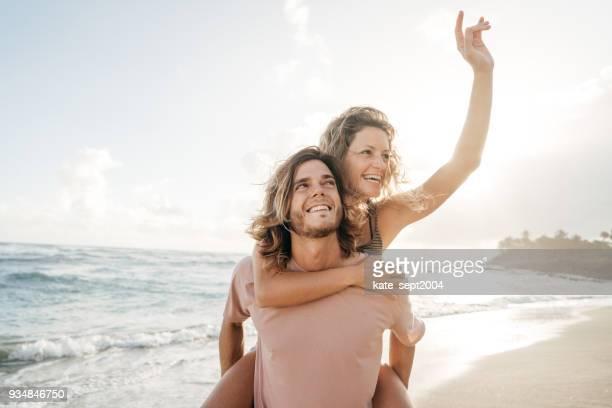 glückliches paar der 35 jahre alten profis mit urlaub in karibik - 30 39 years stock-fotos und bilder