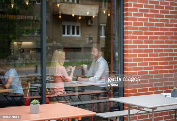 gelukkige paar op een datum in een café - snackbar stockfoto's en -beelden