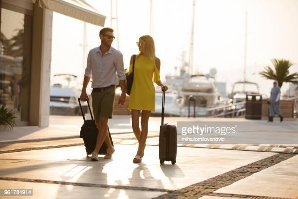 glückliches paar auf eine reise - mihailomilovanovic stock-fotos und bilder