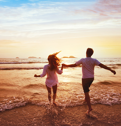 happy couple on honeymoon vacation travel, beach holidays 1047827366