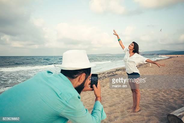 Casal feliz na praia fotografar