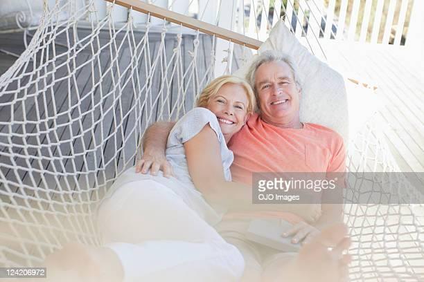 Glückliches Paar Entspannung in der Hängematte am Eingang