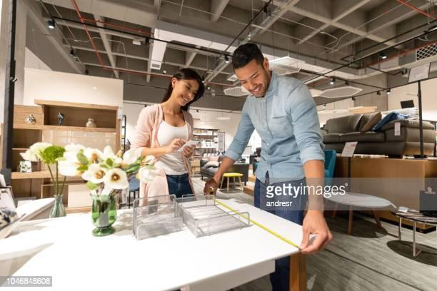 Glückliches Paar Möbel im Store einkaufen