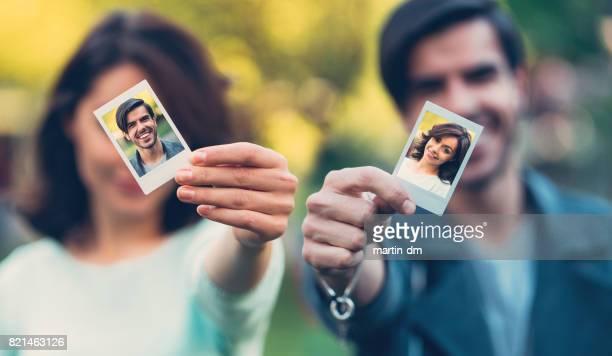 Glückliches Paar zeigt sofortige Selbstporträts