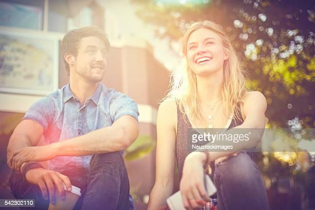 Glückliches Paar Sitzen im Freien