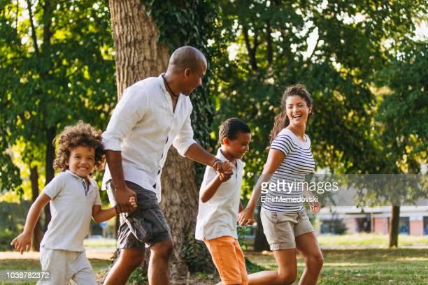 Couple heureux, passer du temps avec leurs fils dans le parc