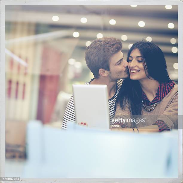 heureux couple avec tablette numérique de surf - flouté photos et images de collection