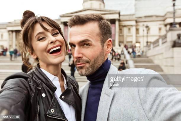 brautpaar nehmen selfie vor der national gallery in london - izusek stock-fotos und bilder
