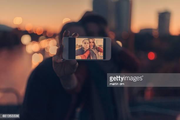 Heureux couple prenant une autophoto