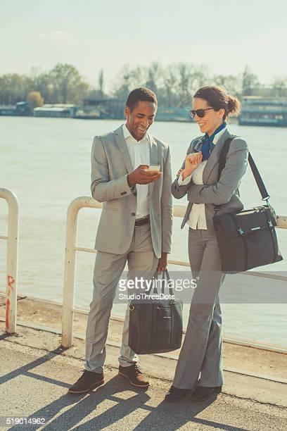 Feliz pareja hablando en la calle
