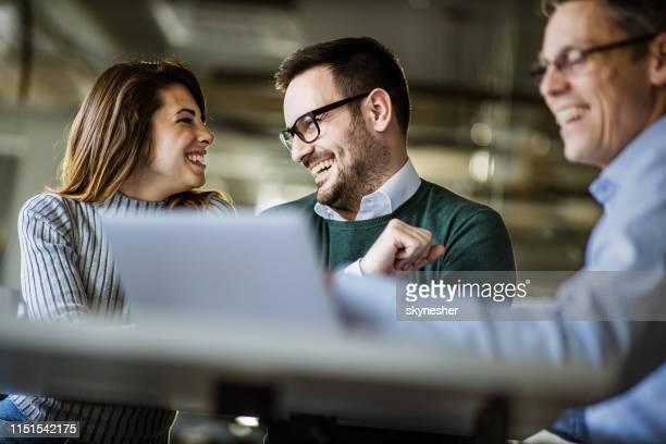 gelukkig paar te praten met elkaar op een ontmoeting met hun verzekeringsagent. - netjes informeel stockfoto's en -beelden