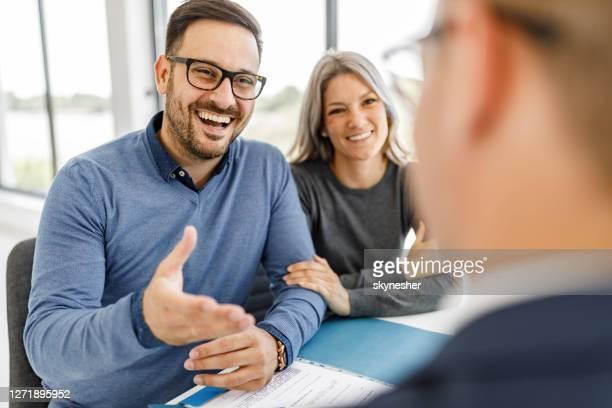 オフィスでの会議で銀行のマネージャーと話す幸せなカップル。 - 銀行支店長 ストックフォトと画像