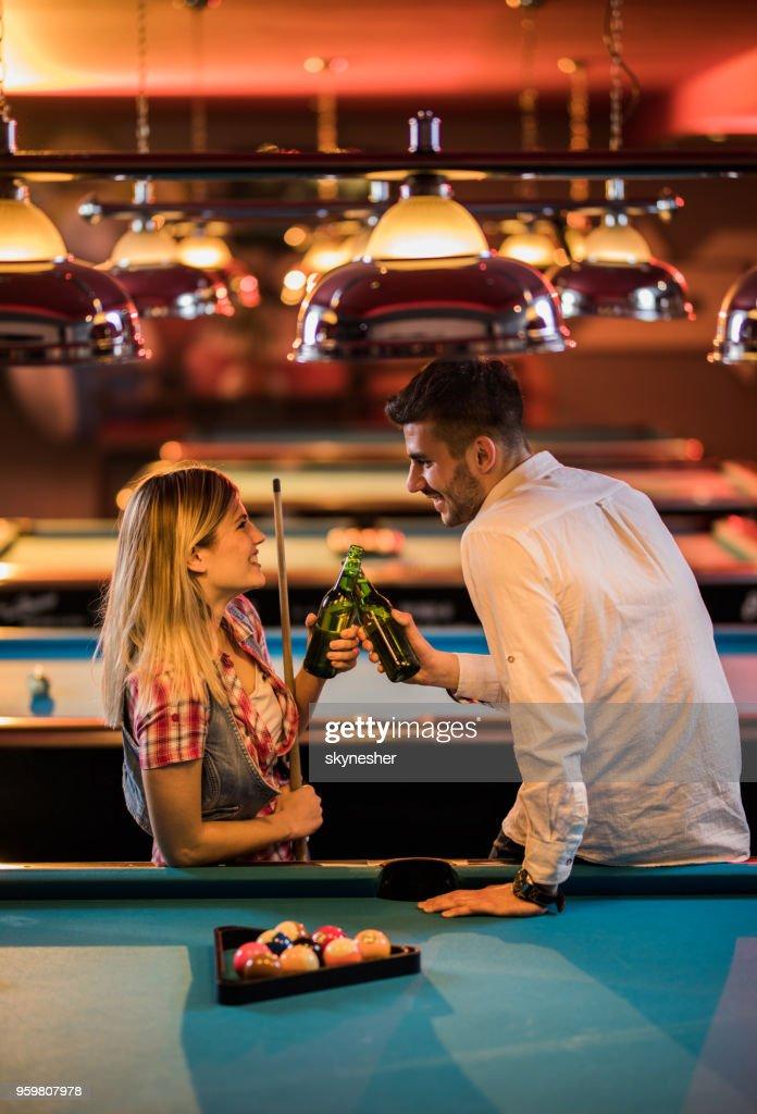 Glückliches Paar Toasten mit Bier beim spielen Billard in einer Bar. : Stock-Foto