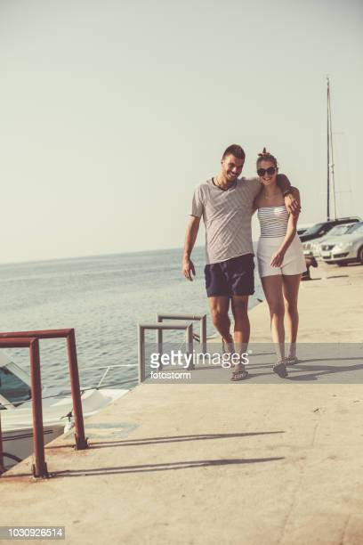 Glückliches Paar zu Fuß entlang der Küste