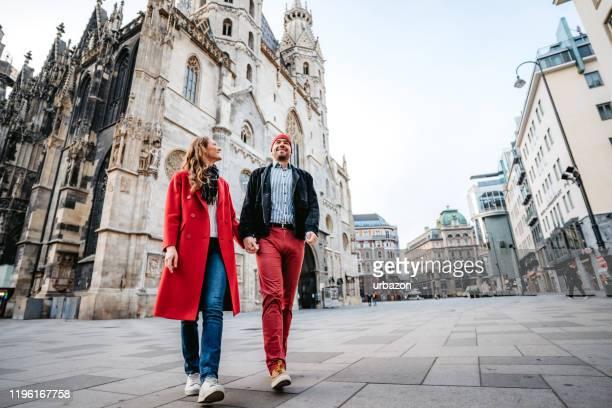 glückliches paar zu fuß die stadtstraße - wien stock-fotos und bilder