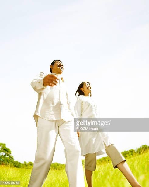 happy couple walking - 中年カップル ストックフォトと画像
