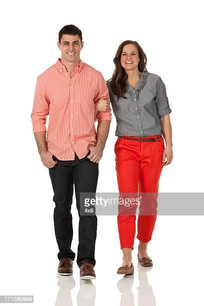 Glückliches Paar walking zusammen