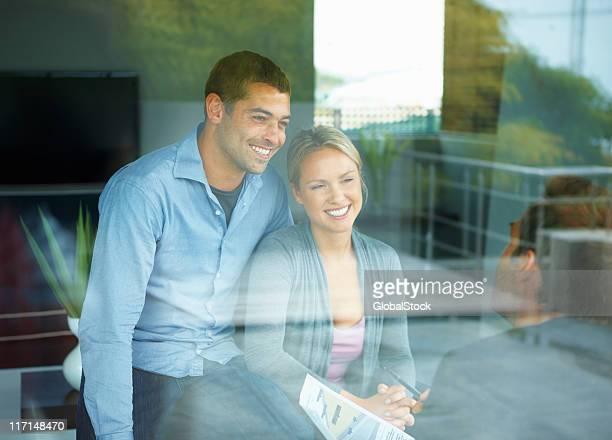 Glückliches Paar mit Berater
