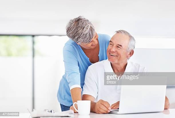 couple heureux avec ordinateur portable à la maison