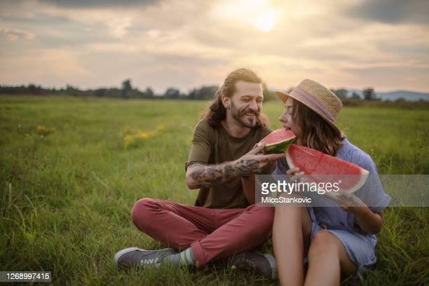 lyckligt par med skivor av vattenmelon utomhus - endast vuxna bildbanksfoton och bilder