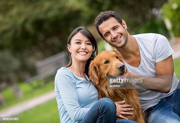Glückliches Paar mit Ihrem Hund