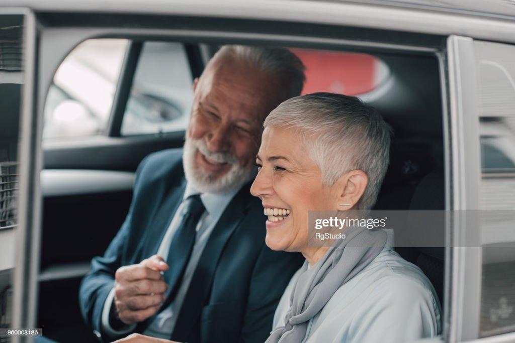 Glückliche Mitarbeiter in Unternehmen Auto fahren : Stock-Foto
