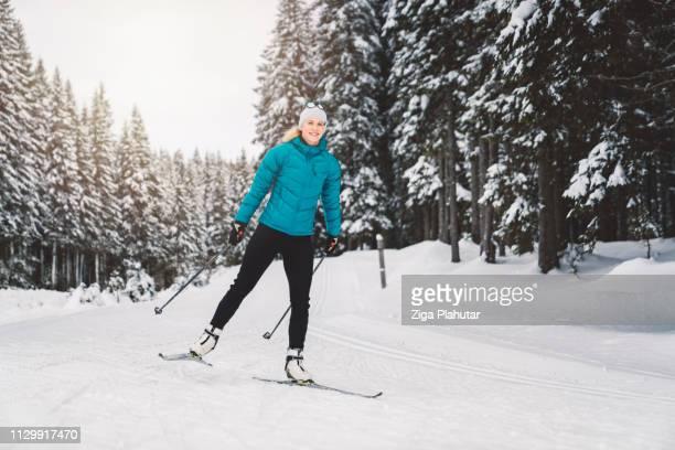 Glücklich Langlauf Skifahrer nähert sich der Ziellinie