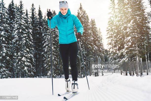 Skifahrer glücklich Langlauf mit verschneiten Wald umgeben