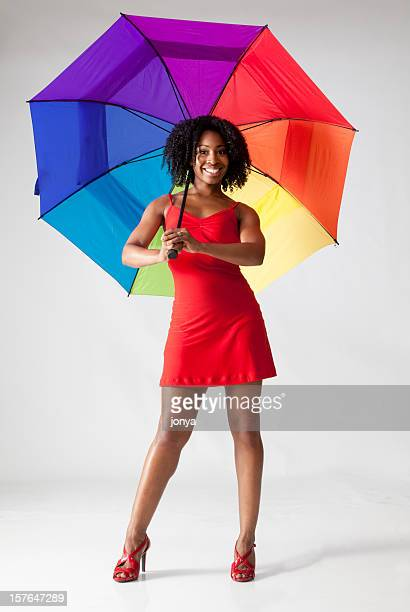 Feliz mujer de pelo rizado con sombrilla