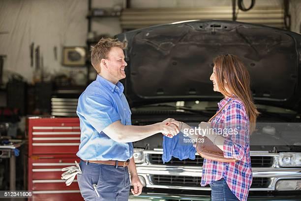 Glücklich Kunden Hände schütteln. Zufrieden mit auto-Mechaniker die großartigen Dienst.